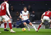 Striker Spurs Harry Kane (tengah) melewati Hector Bellerin dan masih dikawal Rob Holding dan Gabriel. Kane mencetak satu gol dan satu assist, sama dengan Son Heung-min untuk meraih kemenangan 2-0 atas Arsenal di Tottenham Hotspurs Stadium, Minggu (6/12/2020) atau Senin dini hari waktu Indonesia. (Foto: Premierleague.com)