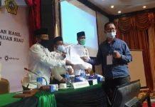 Sekretaris DPD PKS Karimun M Ginastra saat menyerahkan form keberatan kepada KPU Karimun saat rapat pleno, Rabu (16/12/2020) malam. Foto Suryakepri.com/YAHYA