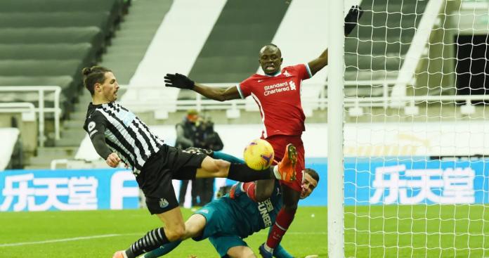 Fabian Schar (kiri) membuang bola sundulan Sadio Mane dari garis gawang. (Foto: Premierleague.com)