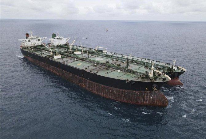 Dalam foto yang dirilis oleh Badan Keamanan Laut Indonesia (BAKAMLA), MT Frea berbendera Panama, kiri, dan kapal tanker MT Horse berbendera Iran terlihat berlabuh bersama di perairan Pontianak di lepas pulau Kalimantan, Indonesia, Minggu, 24 Januari 2021. ( AP)