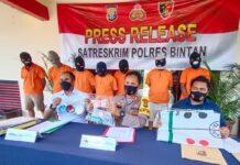 Kapolres Bintan AKBP Bambang Sugihartono didampangi Kasatreskrim Polres Bintan AKP Dwihatmoko Wiroseno saat merilis pengungkapan tindak pidana di Mapolres Bintan (Suryakepri.com/Muhammad Bunga Ashab)