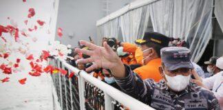 Foto Tabur bunga diikuti perwakilan keluarga korban penumpang dan awak pesawat, tim manajemen Sriwijaya Air, regulator, hingga Tim SAR Gabungan.