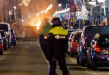 Sekelompok besar anak muda bentrok dengan polisi di Beijerlandselaan di Rotterdam, Belanda. (Foto dari DW)