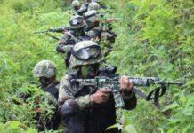 Prajurit TNI tengah berkonsentrasi saat melakukan pengintaian di Kampung Jalai, Distrik Sugapa, Intan Jaya, Papua.(Achmad Nasrudin Yahya)