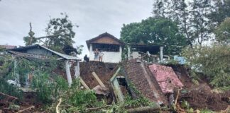 TPU Winangun, Manado, Sulawesi Utara, longsor. Tampak makam mayat masih menutupi setengah basan jalan, Sabtu (23/1/2021) pukul 15.07 WITA(KOMPAS.com/SKIVO MARCELINO MANDEY)