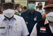 Sekdaprov Kepri Dr TS Arif Fadillah (kanan) memberikan keterangan pers usai penyerahan vaksin Covid-19 di Karimun, Selasa (26/1/2021). Foto Suryakepri.com/YAHYA