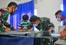 Danlanud RHF Kolonel Pnb Andi Wijanarko bersama pejabat utamanya saat memeriksa temuan benda mirip sayap pesawat sebelum dikirim ke Jakarta (Suryakepri.com/Dok Dispentak Lanud RHF)