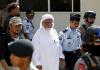 Ulama radikal Indonesia Abu Bakar Bashir (tengah) tiba di pengadilan untuk menghadiri sidang banding di Cilacap, provinsi Jawa Tengah, 12 Januari 2016. (Foto: REUTERS / Darren Whiteside / Files)
