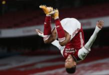 Penyerang Arsenal Pierre-Emerick Aubameyang melakukan selebrasi spektakuler usai mencetak gol pertama untuk membawa Arsenal unggul 1-0 atas Newcastle United di awal babak kedua pada lanjutan Liga Inggris 2020/21 yang berlangsung di Emirates pada Senin (18/1/2021). (Foto: Premierleague.com)