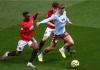 Bek kanan Manchester United Aaron Wan-Bissaka kiri berhadapan dengan gelandang Aston Villa Jack Grealish pada pertandingan Liga Inggris musim lalu. (Foto dari Livescore)