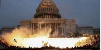 Sebuah ledakan yang disebabkan oleh amunisi polisi terlihat saat para pendukung Presiden AS Donald Trump berkumpul di depan Gedung Capitol AS di Washington, pada 6 Januari 2021. (Foto: REUTERS / Leah Millis via CNA)