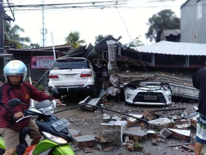 Mobil Warga tertimpa bangunan runtuh akibat Gempa Bumi 6,2 SR yang berpusat di Majene Silawesi Barat, Jumat (15/1/2021) dinihari.