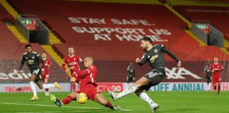 Bek Liverpool Fabinho (kiri) memblok tembakan gelandang Manchester United Bruno Fernandes dalam laga Super Sunday di Anfield, Minggu (17/1/2021). Laga ini berakhir imbang 0-0 membuat MU tetap memimpin klasemen sementara Liga Inggris 2020/21 sejauh 18 pertandingan. (Foto: Premierleague.com)