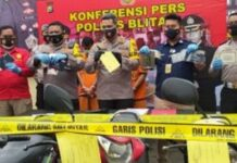 Kapolres Blitar AKBP Leonard M Sinambela saat memberikan keterangan pers mengenai sepasang ayah-anak spesialis pencurian sepeda motor di area persawahan di Blitar, Jawa Timur. Pemaparan dilakukan di Mapolres Blitar, Rabu (13/1/2021). (Foto: Humas Polri).