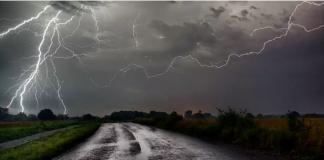 Foto ilustrasi hujan disertai petir. BMKG telah mengeluarkan peringatan dini hujan lebat disertai petir dan angin kencang pada Rabu-Jumat (6-8/1/2021).
