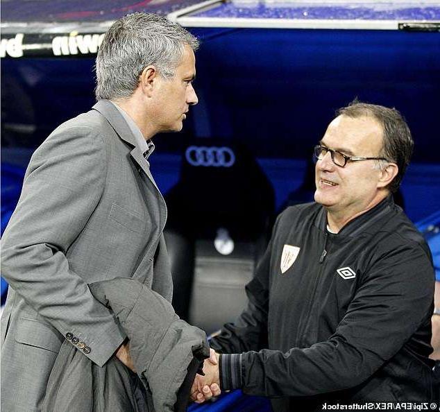 Jose Mourinho (kiri) berjabat tangan dengan Marcelo Bielsa saat keduanya masih di LaLiga Spanyol. Mourinho bersama Real Madrid dan Bielsa menangani Athletic Bilbao. Mourinho memenangkan semua empat pertemuan keduanya dengan agregat 15-2. (Foto dari daily mail)