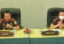 Kajati Kepri Hari Setiyono dan Wakajati Kepri Iaman Wijaya saat memberikan arahan kepada para jaksa dan pegawai tata usaha (Suryakepri.com)