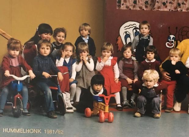 Huihan Lie, depan dengan sepeda mainan merah, dalam foto sekolah bersama teman-teman sekelasnya di Belanda ketika dia masih kecil. (Foto: Istimewa/SCMP)