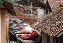 Kerusakan rumah akibat tertimbun longsor di Desa Cihanjuang (Komunikasi Kebencanaan BNPB/Theophilus Yanuarto)
