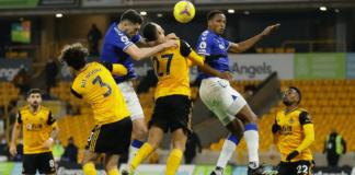 Bek tengah Everton Michael Keane (biru tengah) saat menanduk umpan silang Andre Gomes untuk mencetak gol dan memberikan kemenangan 2-1 atas tuan rumah Wolves di Stadion Molineux, Selasa (12/1/2021) atau Rabu dinihari WIB. (Foto: Premierleague.com)