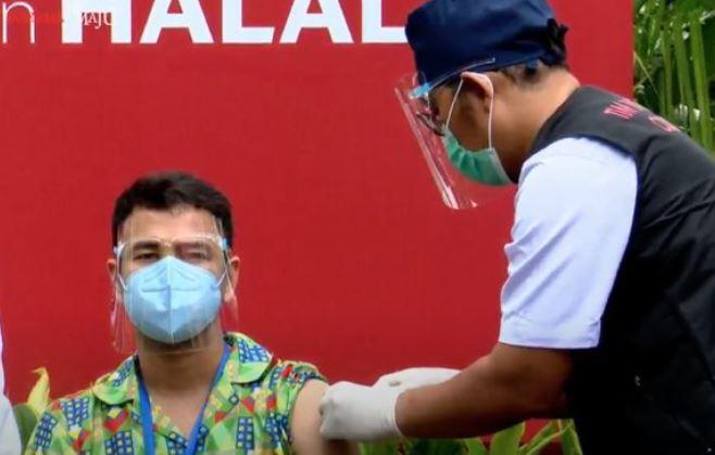 Artis Raffi Ahmad menjalani vaksin Covid-19 tahap 2 di Istana Kepresidenan. Foto: Tangkapan Layar Youtube Sekretariat Presiden