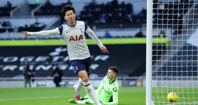 Penyerang Spurs Son Heung-min melakukan selebrasi usai membobol gawang Leeds United untuk menjadikan skor 2-0 berkat assist Harry Kane. Ini merupakan gol ke-100 Son untuk Spurs di semua kompetisi, sekaligus gol ke-13 hasil duet Kane-Son di Liga Premier 2020/21. (Foto: Premierleague.com)