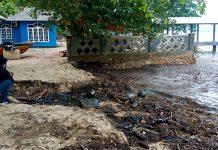 Pantai, Nongsa dicemari limbah minyak cair yang dibawa gelombang tinggi yang terjadi pada Minggu (3/1/2021) pagi.