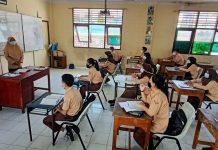 Wakil Walikota Batam, Amsakar Achmad memantau berjalannya proses belajar mengajar tatap muka untuk kawasan Hinterland, Batam, Kepulauan Riau sejak diberlakukan pada, Senin (4/1/2021) lalu.
