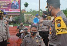 Kapolres Bintan AKBP Bambang Sugihartono menyiram personelnya sebagai tanda kenaikan pangkat (Suryakepri.com)