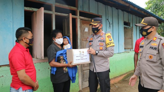 Kapolres Bintan AKBP Bambang Sugihartono saat memberikan bantuan sembako kepada masyarakat terdampak banjir beberapa waktu lalu (Suryakepri.com)