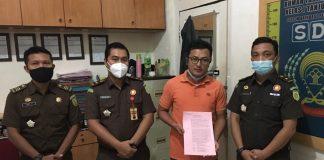 Kasipidsus Kejari Natuna Gustian Juanda Putra (dua kiri) saat melimpahkan tersangka korupsi kepada jaksa penuntut umum di Rutan Tanjungpinang (Suryakepri.com/ist)