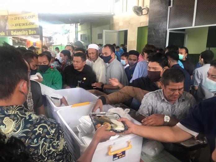 Sat Reskrim bersama Polsek Batu Ampar Polresta Barelang melaksanakaan Bakti Sosial pembagian 130 paket makanan