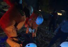 Tim SAR saat menemukan korban tanah longsor (Suryakepri.com/Dok Tim SAR)