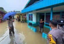Kapolres Bintan AKBP Bambang Sugihartono saat mengecek kondisi warga korban banjir (Suryakepri.com/ist)