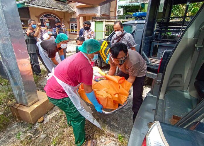 Jasad Reni saat hendak dibawa petugas menuju rumah sakit (Suryakepri.com/Muhammad Bunga Ashab)