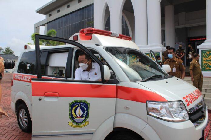 Kajati Kepri Hari Setiyono saat melihat hibah mobil ambulans dari Pemprov Kepri (Suryakepri.com)