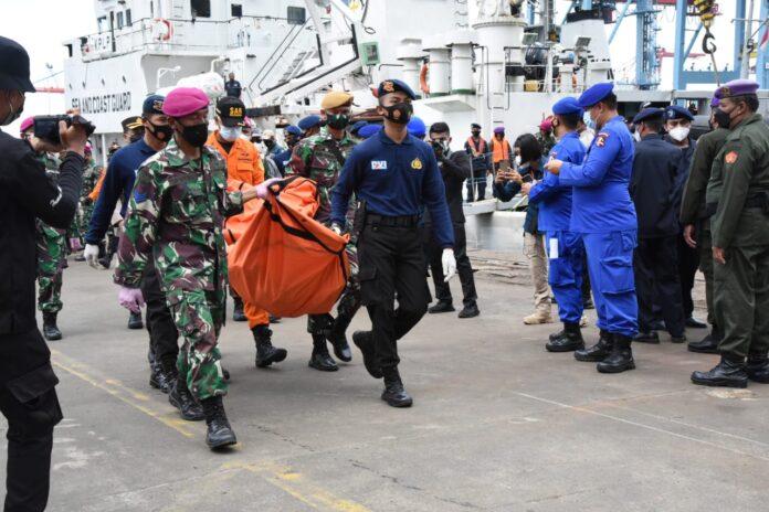 KN Alugara menyerahkan 2 kantong serpihan kecil pesawat dan pakaian korban berupa daster