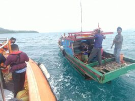 Tim SAR saat menemukan kapal nelayan yang dilaporkan hilang kontak di perairan Kabupaten Kepulauan Anambas, Kepri (Suryakepri.com/Dok Tim SAR)
