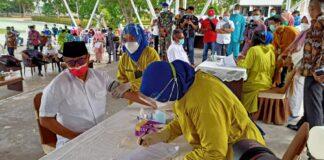 Pelaksanaan vaksinasi Covid-19 untuk Kota Batam, Kepulauan Riau dimulai dengan simbolis pemberian vaksin terhadap 20 orang yang dilaksanakan di Dataran Engku Putri, Batam Center, Jumat (15/1/2021).
