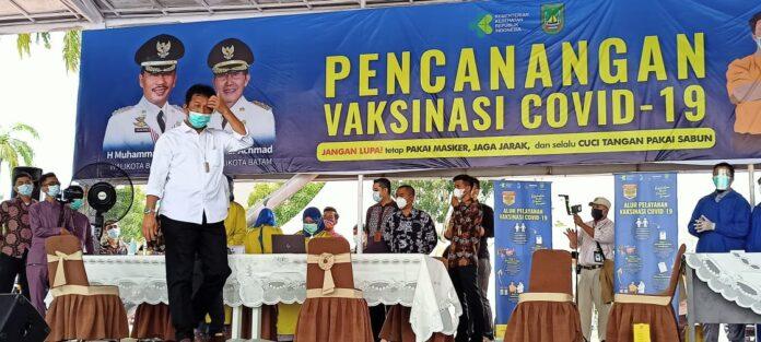 Walikota Batam, Muhammad Rudi batal menjadi orang pertama yang menerima vaksin Sinovac untuk Kota Batam, Kepulauan Riau dalam simbolis vaksinasi yang diadakan di dataran Engku Putri, Batam Center, Jumat (15/1/2021).