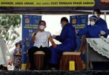 Foto Wakil Walikota Batam, Amsakar Achmad Penerima Vaksin Pertama