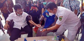 foto Walikota Batam, Muhammad Rudi ukur tensi
