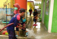 Petugas Damkar Toapaya saat membersihkan SD Negeri 003 Kangboy (Suryakepri.com/ist)