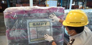 Petugas Karantina Pertanian Tanjungpinang saat mengecek karet lempengan yang mau diekspor (Suryakepri.com/ist)