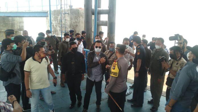 Rombongan KKSS Kota Batam saat tiba di Karimun mengikuti audiensi dengan BC Kepri terkait rekan mereka Haji Permata yang tewas diduga ditembak oleh oknum BC Kepri, 15 Januari lalu. Foto Suryakepri.com/YAHYA