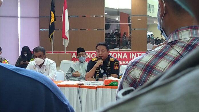Kakanwil DJBC Khusus Kepri Agus Yulianto menyampaikan pemaparan saat audiensi dengan KKSS Batam dan Karimun terkait insiden yang menewaskan pengusaha Batam, Haji Permata, Selasa (19/1/2021). Foto Suryakepri.com/YAHYA