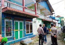Polisi saat menunggu kedatangan tim identifikasi Satreskrim Polres Tanjungpinang di TKP (Suryakepri.com/Muhammad Bunga Ashab