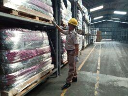 Petugas Karantina Pertanian Tanjungpinang saat mengecek karet lempengan yang akan diekspor (Suryakepri.com/ist)