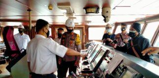 Kapolres Bintan AKBP Bambang Sugihartono saat meninjau kapal tol laut di Pelabuhan Sribayintan Kijang (Suryakepri.com)