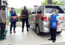 Personel Polres Tanjungpinang saat mengawal pendistribusian vaksin ke faskes di Tanjungpinang (Suryakepri.com)
